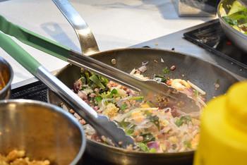カスタムサラダのベースを白菜または穀物にすると、具材を炒めたりスープをかけた新スタイルのサラダをいただくことができます。寒い時期や体の冷えが気になる方には特におすすめ。生野菜のサラダよりもさらに食べごたえがあり、まさにメインディッシュになるひと皿です。
