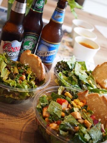 スパイシーなドレッシングやパクチー入りのサラダは、アルコールとの相性も抜群。お酒のおつまみはカロリーが高くなりがちですが、サラダなら安心してたくさん食べられますね。