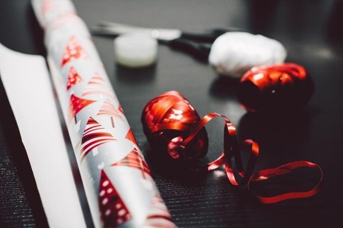 ゴールド、シルバー、グリーンにレッドなどのクリスマスカラーのキラキラした細いリボンがあれば、それだけでクリスマスを演出できちゃいます。ラッピングが苦手の方も、巾着結びにしたところにキラキラリボンを巻きつけるだけでGOOD◎