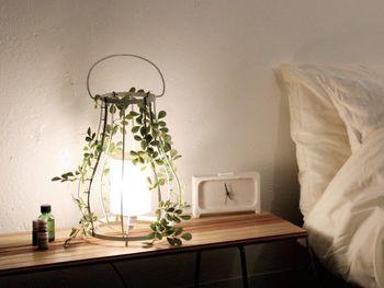 灯りをともすとお部屋に木漏れ日のようは光が溢れるルームランプ。ため息が出るほど繊細な美しさです。アロマランプなので香りの演出までしてくれます。