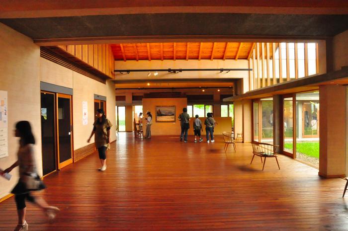 天井が高く開放的な館内は「世界の絵本館」と「ちひろ館」に分かれており、企画展も開催されているので何度も訪れたくなります。ただし冬期休館があるので、訪れる前に公式サイトで開館日のチェックをお忘れなく。