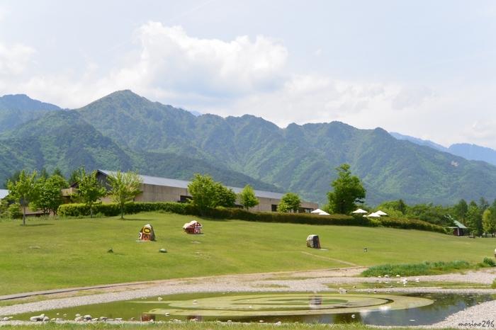 美術館の周囲には、53,500㎡もの広大な安曇野ちひろ公園が広がり、四季折々の美しい風景が展開されています。