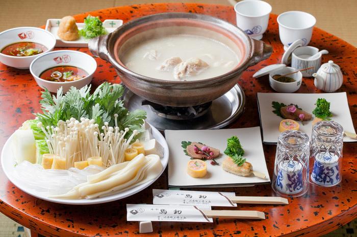 お鍋の基本は、やっぱり「水炊き」。家庭で作るお鍋と違うのは、なんといっても「スープ」。 うまみと出汁のきいた「スープ」は、あっさりとしていながらコクがあり、何杯でもおかわりできるほど。  この白いスープが、身の締まった鶏と絶妙にマッチします。