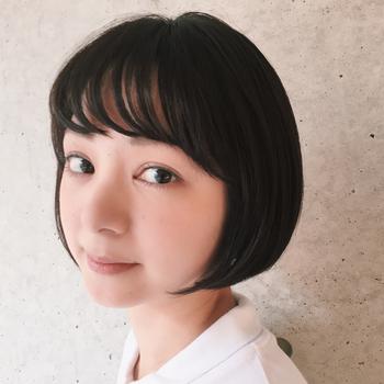 束感のある前髪がガーリーでとても可愛いですね。後ろは長さを揃えて顔を包み込むように仕上げています。