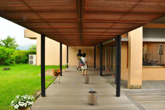 渡り廊下、中庭など美術館自体が絵になり、やさしい空気が漂う館内は歩いているだけでも癒されそう。