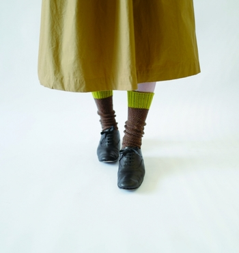 スカートも靴下もアースカラーでまとめた秋冬らしい足元。ロングのチのスカートには、少し長めくらいの靴下をくしゅくしゅするくらいがぴったりです。