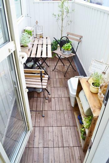 足元に、ウッドタイルなどを敷き詰めると、オープンカフェのような雰囲気に。ガーデン用のテーブル&チェアを選べば、雨に濡れても心配いりませんね!