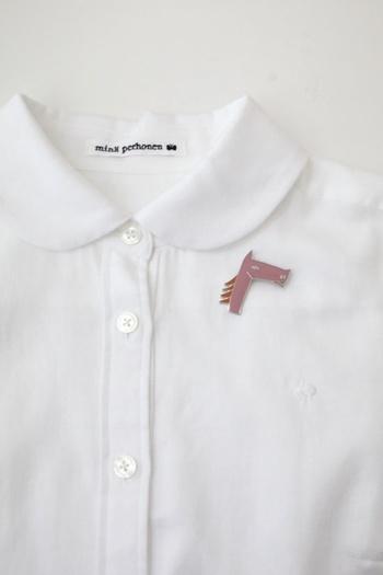 こちらはmina perhonen(ミナペルホネン)のブローチ。サラブレッドのどこか憎めない表情が、乙女ごころをくすぐってきませんか?きれいなスモークピンクの色味は、白シャツやニットなど様々なファッションに合いそうですね。