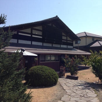 JR豊科駅から車で約15分。2012年11月に築100年の古民家をリノベーションしてオープンした「ナポリピッツァ TASUKU」。