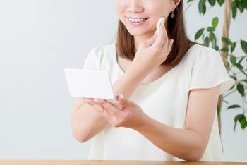 あぶらとり紙を使うと余分な皮脂まで取り除いてしまうことに…。ファンデーション用のスポンジでそっと押さえて素肌を整え、その上から化粧直しをすればキレイに直すことができますよ。