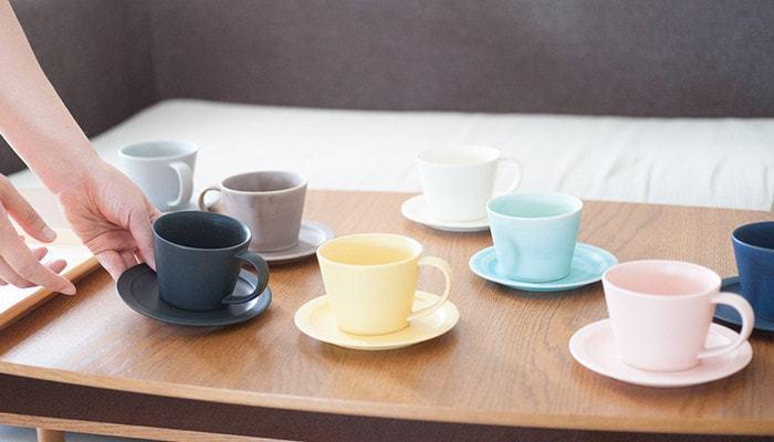 美濃焼の窯元、SAKUZAN(さくざん)の「DAYS Sara Coffee Cup & Saucer(デイズ サラ コーヒー カップ アンド ソーサー)」は、サラリとした手触りとやわらかな色合い。テーブルを華やかにしてくれます。