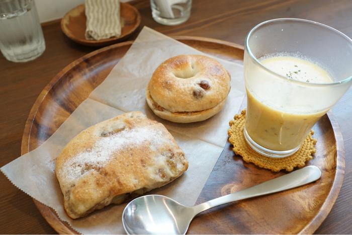 こじんまりとしていますが、木の温もりある白を基調とした清潔感漂う店内ではパンを購入できる他、イートインスペースも併設されています。パンが売り切れると早く閉店してしまうので、お目当てのパンがある場合は予約をしておいた方が良いかも。
