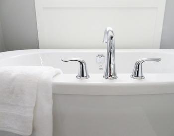 バスルームの湯垢は皮脂などの汚れが多いので、ここにも重曹がぴったりです。水垢はアルカリ性のため、重曹との相性はあまり良くありませんが、軽い水垢なら研磨作用で汚れを落としてくれます。