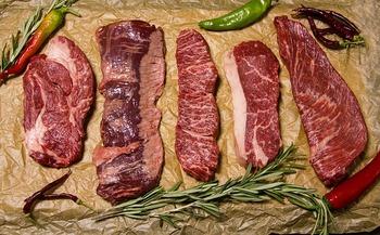 発色以外にも、重曹は料理のいろいろなシーンで使うことができますよ。例えば、重曹(炭酸水素ナトリウム)は「たんぱく質」を分解してくれるので、肉の繊維をほぐしてやわらかくするのを手伝ってくれます。
