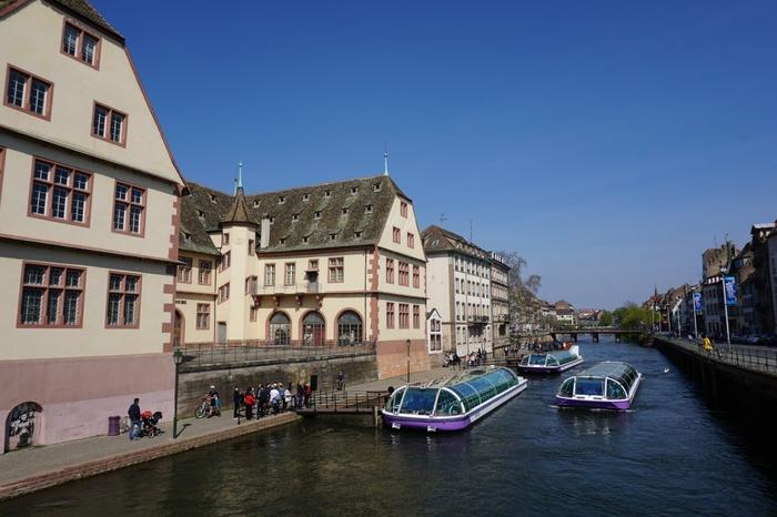 アルザス地方を代表する河川、イル川は、ライン川の支流の一つで、ストラスブール市街の中心部を悠然と流れています。イル川は、現在も観光用の水上バスが運行するなど水の都として栄えていた頃の面影を色濃く残しています。
