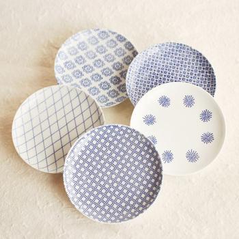日本の紋様がモチーフの、東屋の「印判小皿」。爽やかな藍色がかわいらしいですね。フチに高さがあるので醤油やソースがこぼれにくいのも嬉しい。