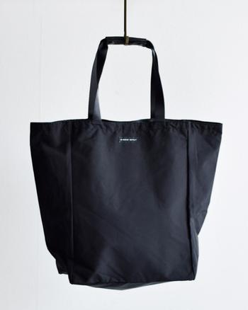 全ての工程を職人の手で作られている日本製のSTANDARD SUPPLYのトートバッグ。アウトドアの服によく使われる「60/40クロスナイロン」を使用しており、シンプルなデザインでどんなファッションにも合わせやすいのが魅力。皮革を使用した持ち手がカジュアルなトートにちょっぴり高級感を漂わせています。