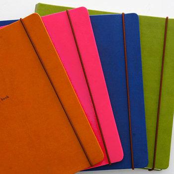 鮮やかな色合いが揃っているハウスキーピングブック(家計簿)です。 見ためで家計簿とわからないところがおしゃれですよね。無造作に出しっぱなしにしていても絵になりそうです。