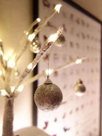 クリスマスカラーといえば「赤」や「緑」のイメージですが、今年はお部屋にそっと馴染むナチュラルなクリスマスインテリアにしてみませんか?