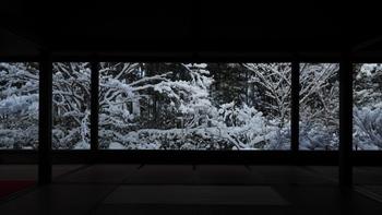 柱と障子の「額縁」から見える庭の名は、「立ち去りがたい」を意味する「盤桓園(ばんかんえん)」。 名前通り、いつまでも見つめていたい景色です。  幸い、拝観時間に制限は設けられていません。雪景色を心ゆくまで見入ってみては。