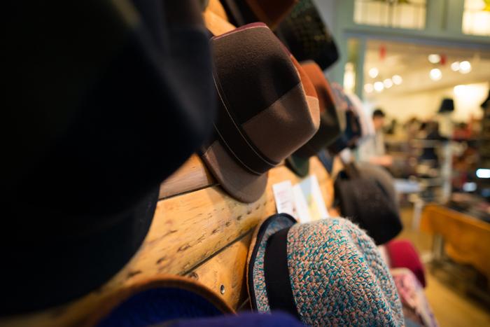 イフティアートの帽子は職人さんの手によって丁寧に作られます。お客さんの声をダイレクトに反映させることができるのも工房を併設しているからこそ。こだわりの帽子がきっと見つかります。
