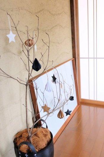 こちらは、なんと拾ってきた枝なのだそう! 紙でできたオーナメントはイケアのもの。 クリスマスというとキラキラしたイメージがありますが、あえてきらめきを抑えるとナチュラルな印象になりますね。