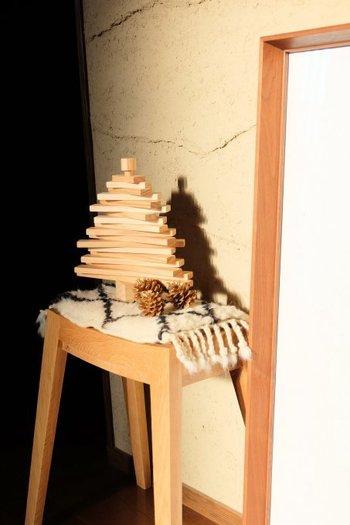 細い木を組み合わせてツリーの形にしたオブジェ。 まつぼっくりも一緒に置くと、クリスマス感がアップ!