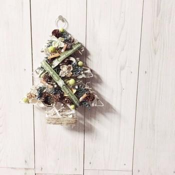 壁掛けタイプのツリー。まつぼっくり、シナモン、ドライオレンジなどが用いられています。 場所を取らずにちょっとしたスペースに飾れるのも嬉しいですね。