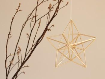 クリスマス気分を高めてくれる星型のヒンメリ。 ヒンメリはとても軽いので、ツリーに飾るほかにも、マスキングテープなどで天井から吊るすこともできます。