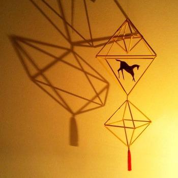 こちらは馬とタッセルの飾りが付けられたもの。 ヒンメリは、このように影も楽しめるのが魅力。 冬の夜を楽しく演出してくれます。