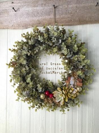 モミの木ではなく多肉植物で作られていますが、赤い木の実がさりげなくクリスマスの雰囲気を醸し出しています。