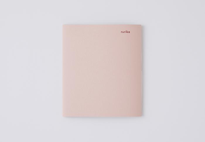 やさしいピンクの妻の冊子。こちらも内容は、夫用と同じ。お互い初めて開く時に、どんなことが書かれているのかドキドキしますね。