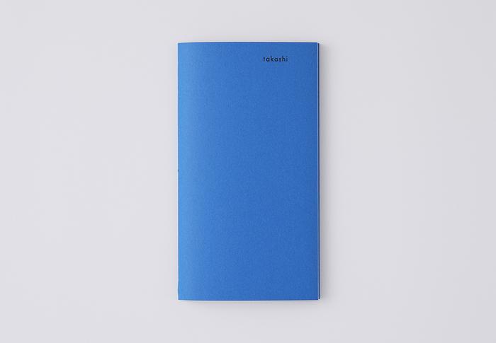 きれいなブルーの夫の冊子。プロフィールや、テーマに合わせた文章と写真で構成されています。テーマは3種類または5種類のどちらかを選べます。