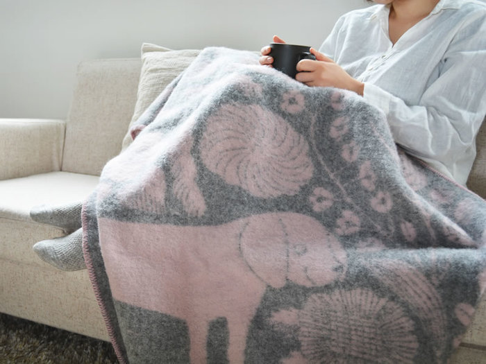 寒い時にさっと羽織れるブランケットは、冬の必需品。ぬくぬくとした暖かさに包まれる時間は、とても幸せな一時です。