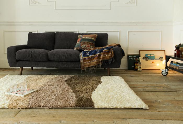 ダークトーンのソファに、エキゾチックなデザインのクッションとブランケットをプラスしたインテリア。同系色でまとめているので、少し派手なデザインも浮くことはありません。