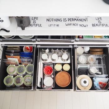 収納ボックスの中は、調味料や食器類がきれいに整頓されています。見事な収納術ですね。