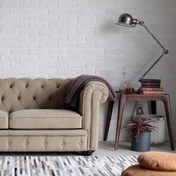 濃いベージュのソファに、グレーのブランケットをかけています。ひじ掛けの部分にブランケットを畳んでかけておくのも、さりげないおしゃれ感を演出できます。