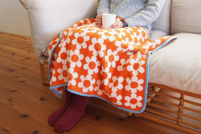 ちょっぴりレトロな雰囲気を感じる、オレンジベースのフラワーデザイン。シンプルなカラーのソファに合わせると、派手になり過ぎない良いアクセントになってくれます。オーガニックコットンのブランケットなので、おうちで気軽に洗濯ができるのも嬉しいポイントです。