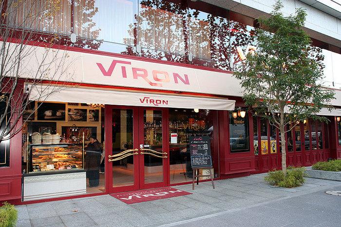 丸の内エリアでも、ひときわ名店揃いの建物「TOKIA」にあるのはパン屋さんとしても人気の「VIRON」。ここでしか食べれないというフランス小麦粉を使った本格パン(とくにバゲット)はクチコミでも大評判。ディナータイムもロマンチックな雰囲気ですが、まずはカフェタイムで気軽にスイーツを楽しんでみてはいかがでしょう。