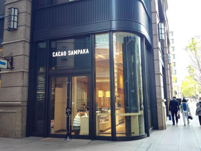 こちらも丸の内ブリックスクエアにあるチョコレートショップ「CACAO SAMPAKA」。スペイン王室御用達のショコラテリアのテイクアウト専門店です。スタイリッシュな外観が丸の内に良く似合います♪