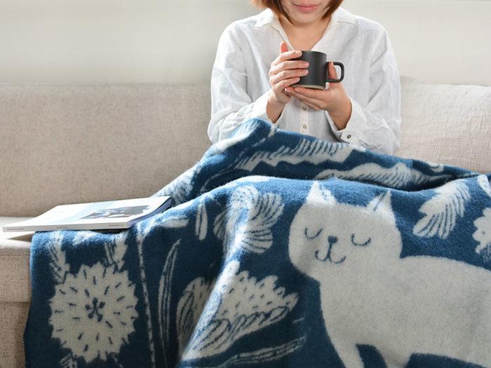こちらも鹿児島睦さんとのコラボアイテム。大きく描かれた猫に、思わず癒されるブランケットデザインです。