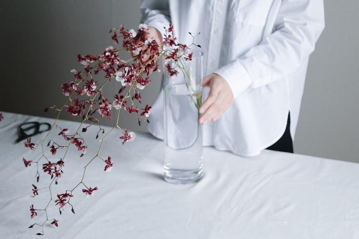 一本ずつ丁寧に。四方に散らすよりも同じ方向に流すように活けると花の魅力が引き立ちます。 玄関の靴箱の上や、棚の上など、高さのあるところから花を垂らすように飾るのがおすすめ。甘い香りがお好きな方は、リビングルームにも◎。ふわっと香るバニラの香りに癒されます。