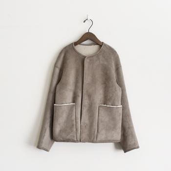 「そもそもノーカラーコートってどんなコート?」と疑問に感じる方も多いと思いますが、ノーカラーとは英語で「no collar」。つまり、襟が無いコートという意味を指しているのです。  首元を丸くくりぬいたようなUネックのノーカラーコートは、ナチュラルな雰囲気にピッタリなアウターです。