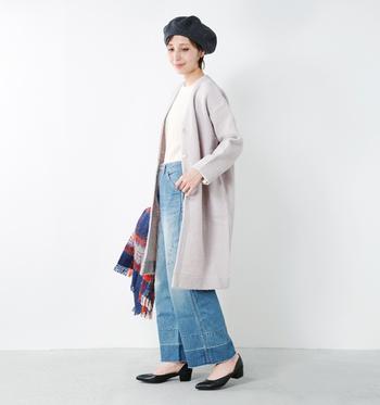 こちらは白っぽいライトグレーのロング丈ノーカラーコートに、ホワイトのトップスとワイドデニムパンツを合わせた着こなし。パンプスとベレー帽の色を黒で合わせ、チェック柄のストールでアクセントをプラスしています。