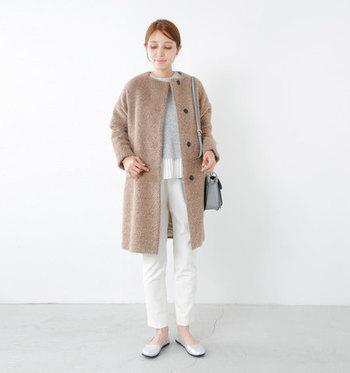 キャメルカラーのアルパカシャギーで作られたノーカラーコートは、肌触りも良く、羽織るだけで今風な着こなしに。白×グレーでまとめた着こなしと合わせることで、キャメルが重い印象にならないコーデに仕上げています。