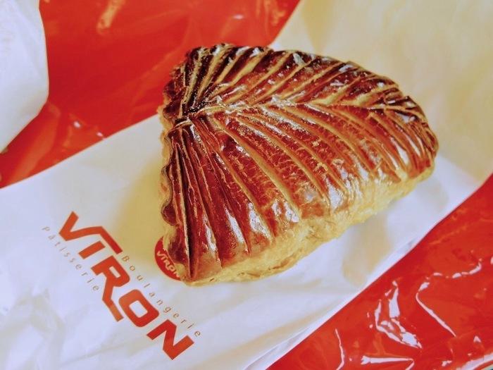 パイ生地でりんごのコーンポートを包んだフランスの菓子パン「ショーソン オン ポム」も人気の一品。他にもバゲットでつくられた人気のサンドイッチなどがたくさん並んでいるので、テイクアウトして食べるのもおすすめです♪