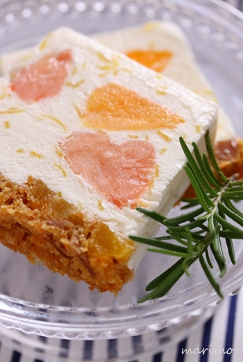 ヨーグルトベースのアイスに3種類のシトラスをたっぷり混ぜたアイスケーキ。ヨーグルトのアイスには、甘酸っぱいレモンピールを入れているので、さっぱりとした味わい。