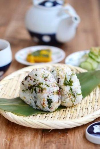 海藻とご飯の黄金コンビレシピ♪海藻のおにぎりは見た目もキレイでご飯に栄養もプラスできて一石二鳥!食べる時には海藻の食感も楽しんでみてくださいね。