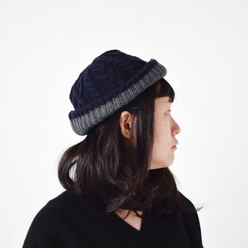 ボリュームのあるニット帽も緩やかパーマのミディアムヘアなら重さを上手に調節することができます。