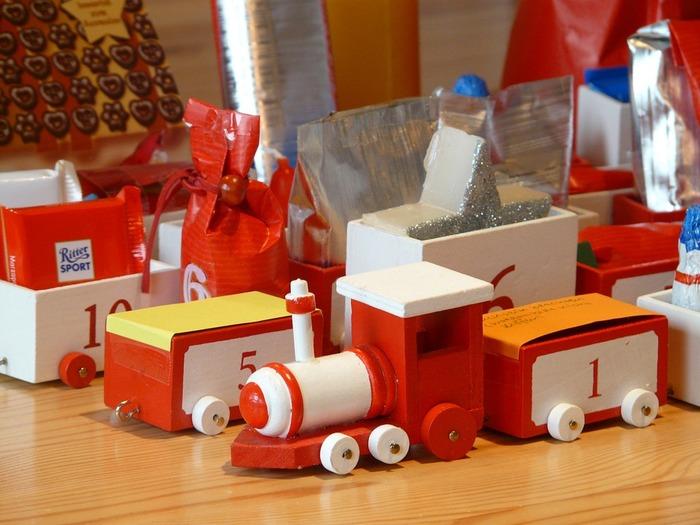 おもちゃの汽車を使ってアドベントカレンダーにするのも面白いですね。車両ごとに数字をシールなどで貼って、中にお菓子やおもちゃを入れています。1日と5日の車両には色紙でふたがしてあります。何がは入っているかわからないというのがドキドキします。